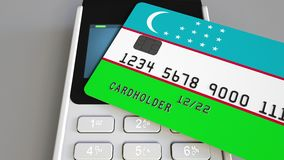 Cartão de banco plástico que caracteriza a bandeira de Usbequistão e do terminal do pagamento da posição Sistema bancário do Uzbe vídeos de arquivo