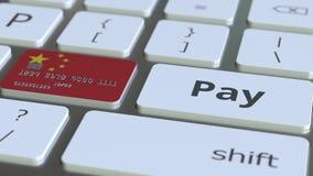 Cartão de banco que caracteriza a bandeira de China como uma chave em um teclado de computador Animação conceptual do pagamento e video estoque