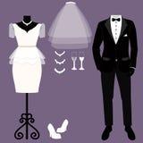 Cartão de casamento com a roupa dos noivos foto de stock