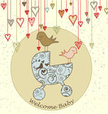 Cartão de chegada do bebê com pássaros e carrinho de criança Imagens de Stock Royalty Free