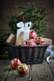 Cartão de Chrisrmas com esferas e as caixas vermelhas Fotos de Stock