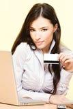 Cartão de crédito bonito da terra arrendada da mulher imagem de stock