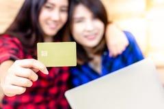 Cartão de crédito bonito encantador da mostra da mulher, identificação, stude imagens de stock royalty free