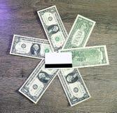 Cartão de crédito branco vazio com tira magnética sobre mentiras em um dólar imagens de stock royalty free