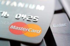 Cartão de crédito com logotipo de MasterCard no teclado de computador Imagem de Stock
