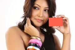Cartão de crédito da terra arrendada da mulher foto de stock royalty free