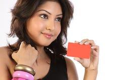 Cartão de crédito da terra arrendada da mulher fotografia de stock royalty free