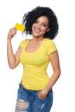 Cartão de crédito da terra arrendada da mulher imagem de stock royalty free