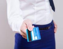 Cartão de crédito da terra arrendada da mulher de negócios fotografia de stock royalty free
