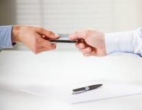 Cartão de crédito da troca sobre a tabela imagens de stock