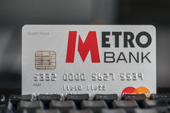 Cartão de crédito de Metrobank em um teclado Foto de Stock