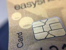 Cartão de crédito do crédito que mostra as microplaquetas unidas imagens de stock
