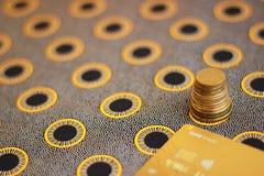 Cartão de crédito e pilha de moedas fotografia de stock royalty free