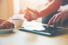 Cartão de crédito e tabuleta digital fotos de stock