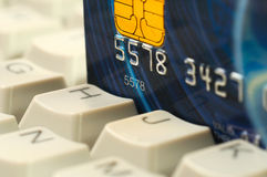 Cartão de crédito e teclado de computador. Compra em linha Fotos de Stock