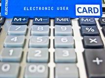 Cartão de crédito em uma calculadora. imagens de stock