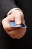 Cartão de crédito em uma mão Fotos de Stock