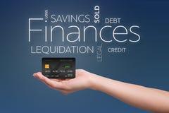 Cartão de crédito em uma mão fêmea no azul Foto de Stock