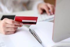 Cartão de crédito fêmea da posse das mãos Fotos de Stock