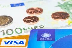 Cartão de crédito global do azul, do visto e dinheiro do dinheiro Fotografia de Stock Royalty Free