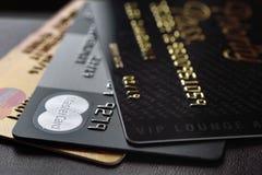 Cartão de crédito MasterCard e acesso da passagem da prioridade foto de stock