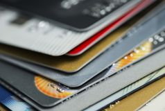 Cartão de crédito no portátil, shoppingStack em linha do close-up colorido dos cartões de crédito Imagem de Stock