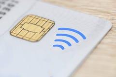 Cartão de crédito plástico com a microplaqueta eletrônica e o dinheiro do símbolo sem contato fotos de stock