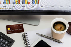 Cartão de crédito, telefone celular e uma xícara de café na tabela branca Foto de Stock