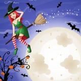 Cartão de Dia das Bruxas com a bruxa ruivo 'sexy' que voa sobre a lua Fotografia de Stock
