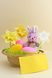 Cartão de Easter - coelho, ovos na cesta - foto conservada em estoque Fotografia de Stock Royalty Free