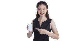 Cartão de Holding Blank Credit da mulher de negócios no branco fotos de stock royalty free