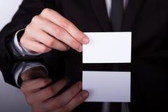 Cartão de Holding Blank Visiting do homem de negócios foto de stock royalty free