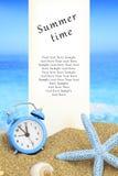 Cartão de horas de verão fotografia de stock