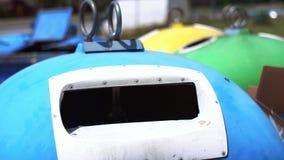 Cartão de jogo do homem no escaninho de reciclagem vídeos de arquivo