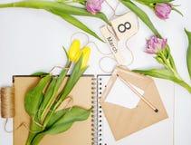 Cartão de março - rosas do pêssego sobre o calendário com data quadro do 8 de março Foto de Stock Royalty Free