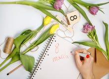 Cartão de março - rosas do pêssego sobre o calendário com data quadro do 8 de março Imagem de Stock Royalty Free