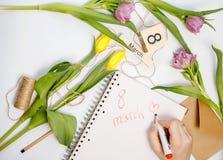 Cartão de março - rosas do pêssego sobre o calendário com data quadro do 8 de março Fotografia de Stock