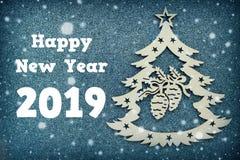 Cartão de Natal bonito, símbolo da árvore de Natal no fundo cinzento, espaço vazio para o texto Felicitações nos 2019 anos novo Imagem de Stock Royalty Free