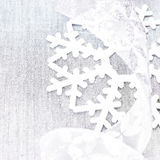 Cartão de Natal brilhante com os ornamento de prata do Natal com cópia Fotos de Stock