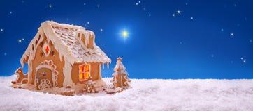 Cartão de Natal Casa de pão-de-espécie do feriado Fotos de Stock