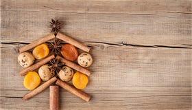 Cartão de Natal com as decorações naturais no fundo de madeira Fotografia de Stock