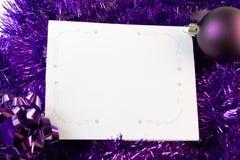 Cartão de Natal com decorações roxas foto de stock