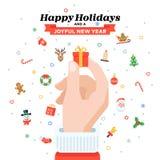 Cartão de Natal com a mão do ` s de Santa que guarda a caixa de presente Projeto liso Fotografia de Stock