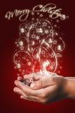 Cartão de Natal com mãos de uma criança no vermelho Fotos de Stock