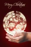 Cartão de Natal com mãos de uma criança no vermelho Foto de Stock