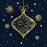 Cartão de Natal com a quinquilharia e os flocos de neve dourados do brilho Fotografia de Stock Royalty Free
