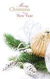 Cartão de Natal de Briight com decorações e Br festivos da árvore de abeto Fotos de Stock Royalty Free
