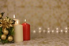 Cartão de Natal do cumprimento com velas e os ornamento ardentes imagens de stock royalty free