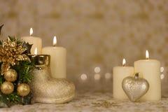 Cartão de Natal do cumprimento com velas e os ornamento ardentes imagem de stock
