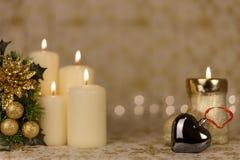 Cartão de Natal do cumprimento com velas e os ornamento ardentes Imagem de Stock Royalty Free
